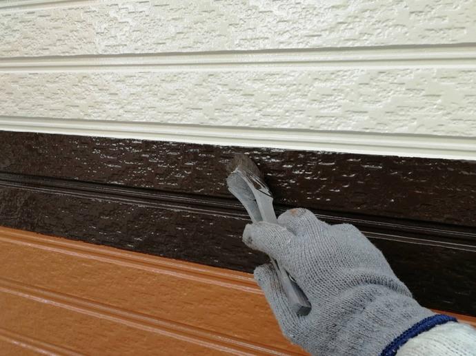 外壁 帯 上塗り施工中②.jpg