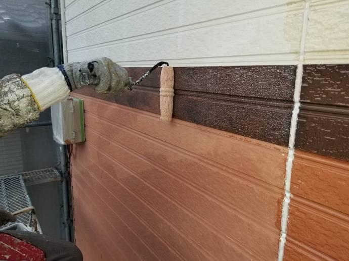 外壁 帯 下塗り施工中.jpg