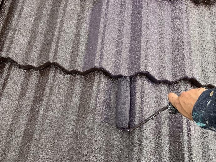 屋根 上塗り施工中.jpg